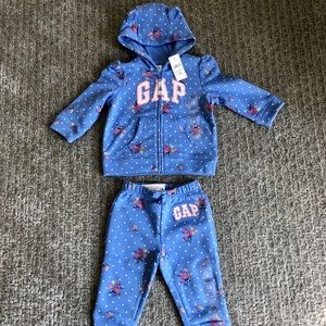 NWT Baby GAP Matching Sweatsuit in 6-12 months.